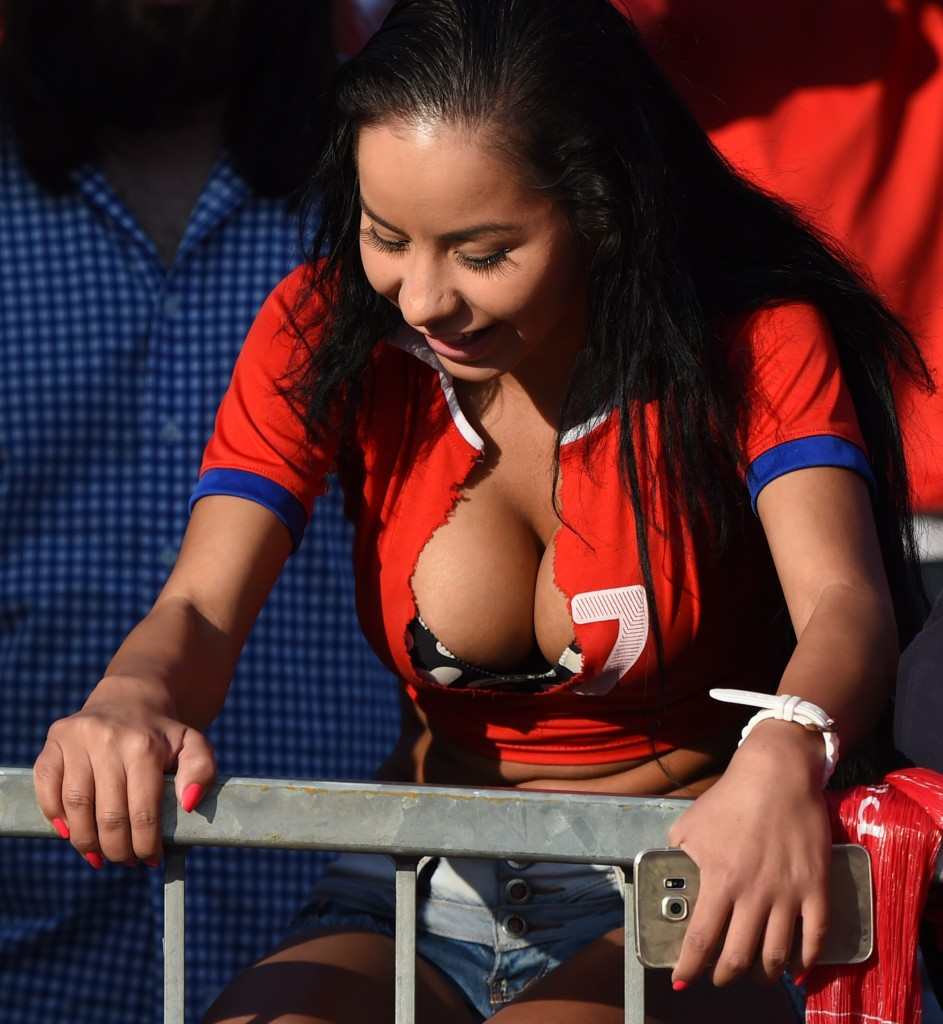 A supporter of Chile is seen before the start of the 2015 Copa America football championship final Argentina vs Chile, in Santiago, Chile, on July 4, 2015. AFP PHOTO / PABLO PORCIUNCULA