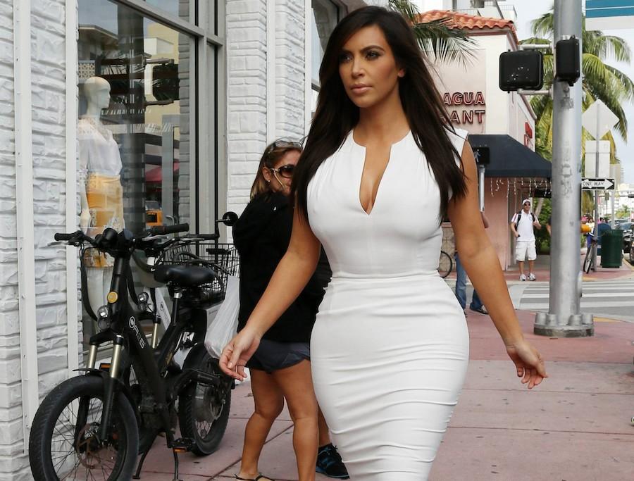 87a2ad78f Kim Kardashian asoma su segundo embarazo en un ajustado vestido ...