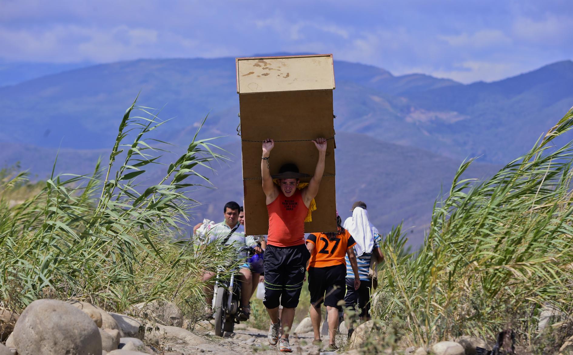 Gente del vecino país traslada sus cosas hasta Cúcuta por el río Táchira