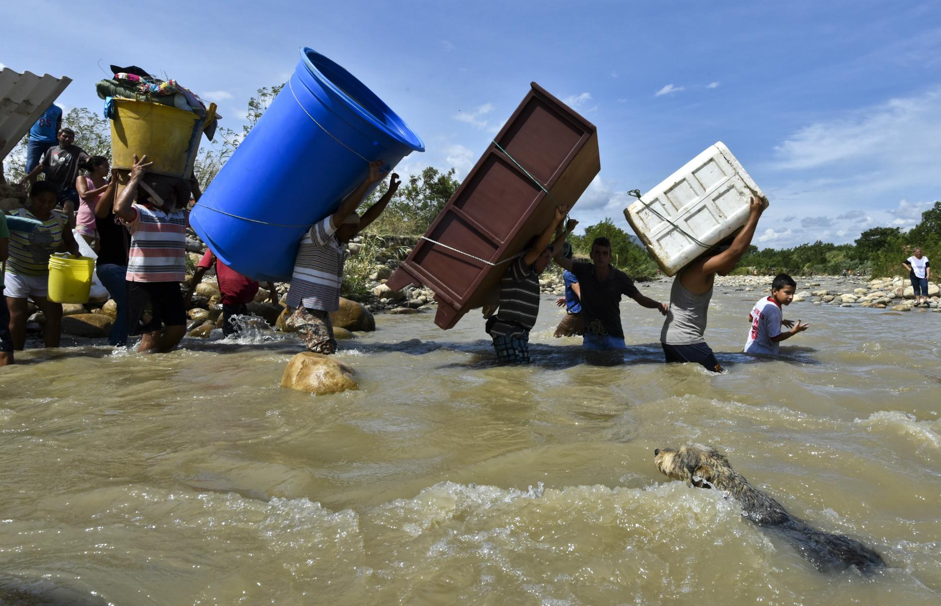 Deportados colombianos por río Táchira