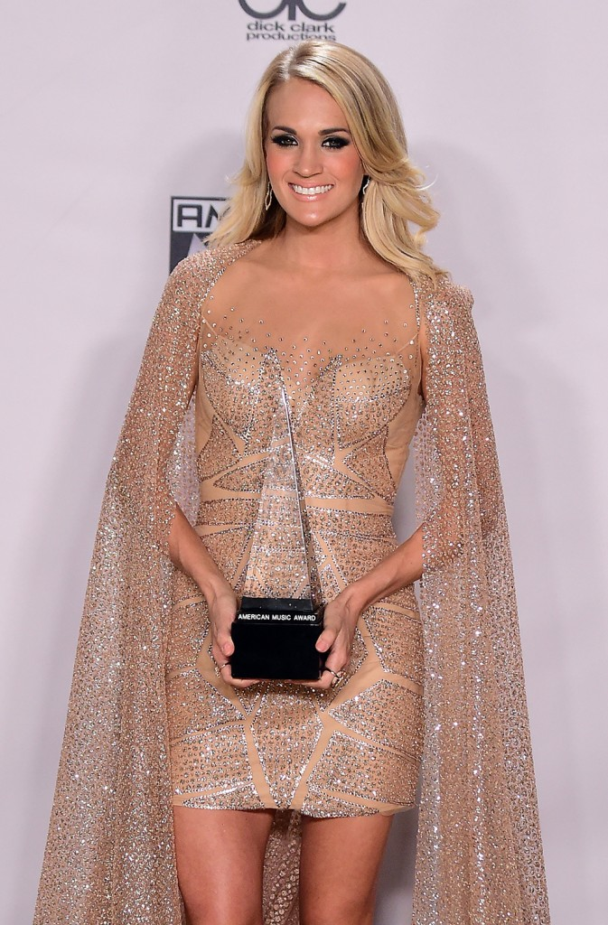 Carrie Underwood poses with her award in the Press Room at the 2015 American Music Awards in Los Angeles, California on November 22, 2015. AFP PHOTO / FREDERIC J. BROWN / AFP / FREDERIC J. BROWN