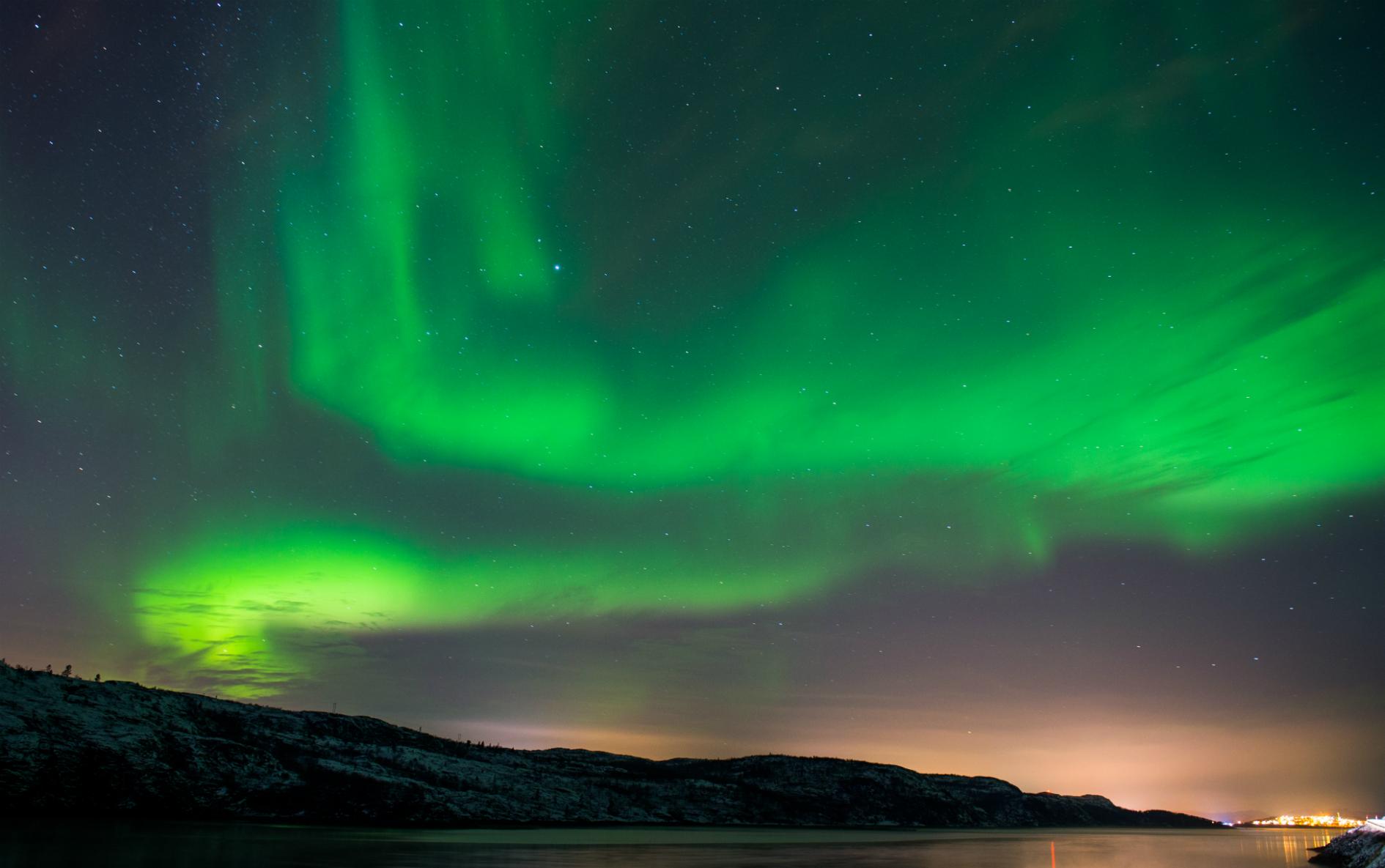 La aurora boreal o luces del norte iluminan el cielo nocturno cerca de la ciudad de Kirkenes en el norte de Noruega. AFP JONATHAN NACKSTRAND