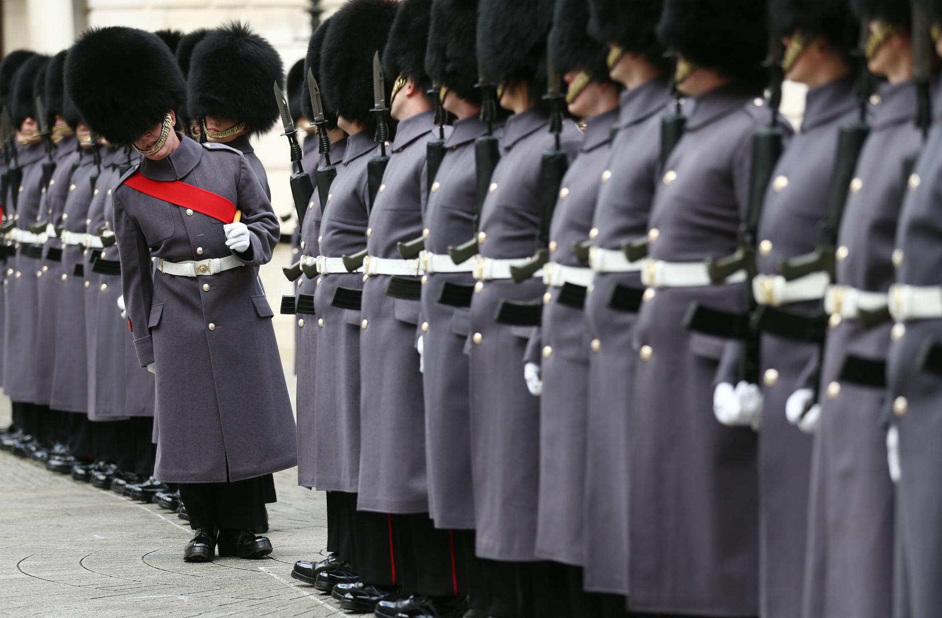 Una guardia de honor se prepara para saludar el primer ministro indio Narendra Modi al tambor de tesorería en Londres. AFP JUSTIN TALLIS