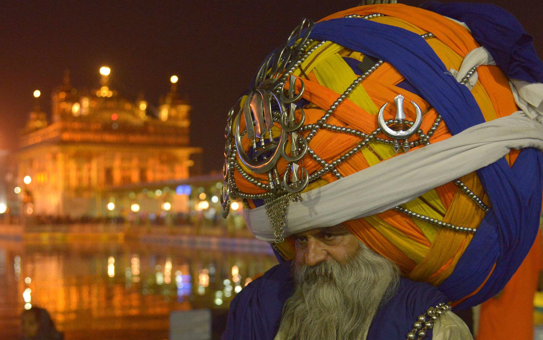 Un guerrero religioso tradicional de la India lleva un turbante gigante de gran tamaño en la víspera del festival hindú de Diwali. AFP NARINDER NANU