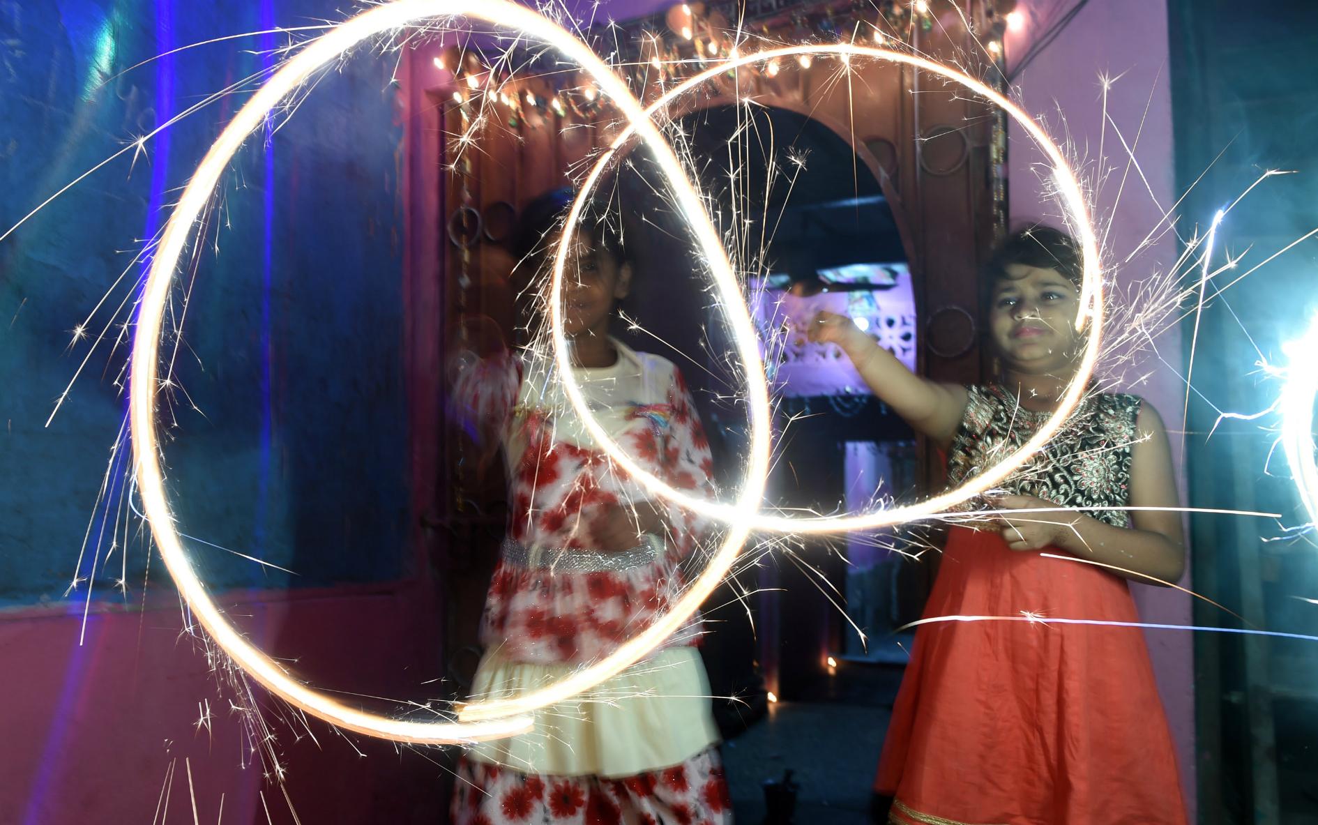 Pequeñas paquistaníes celebran Día de la Independencia con fuegos artificiales en Karachi. AFP ASIF HASSAN