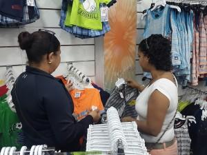 personas comprando ropa