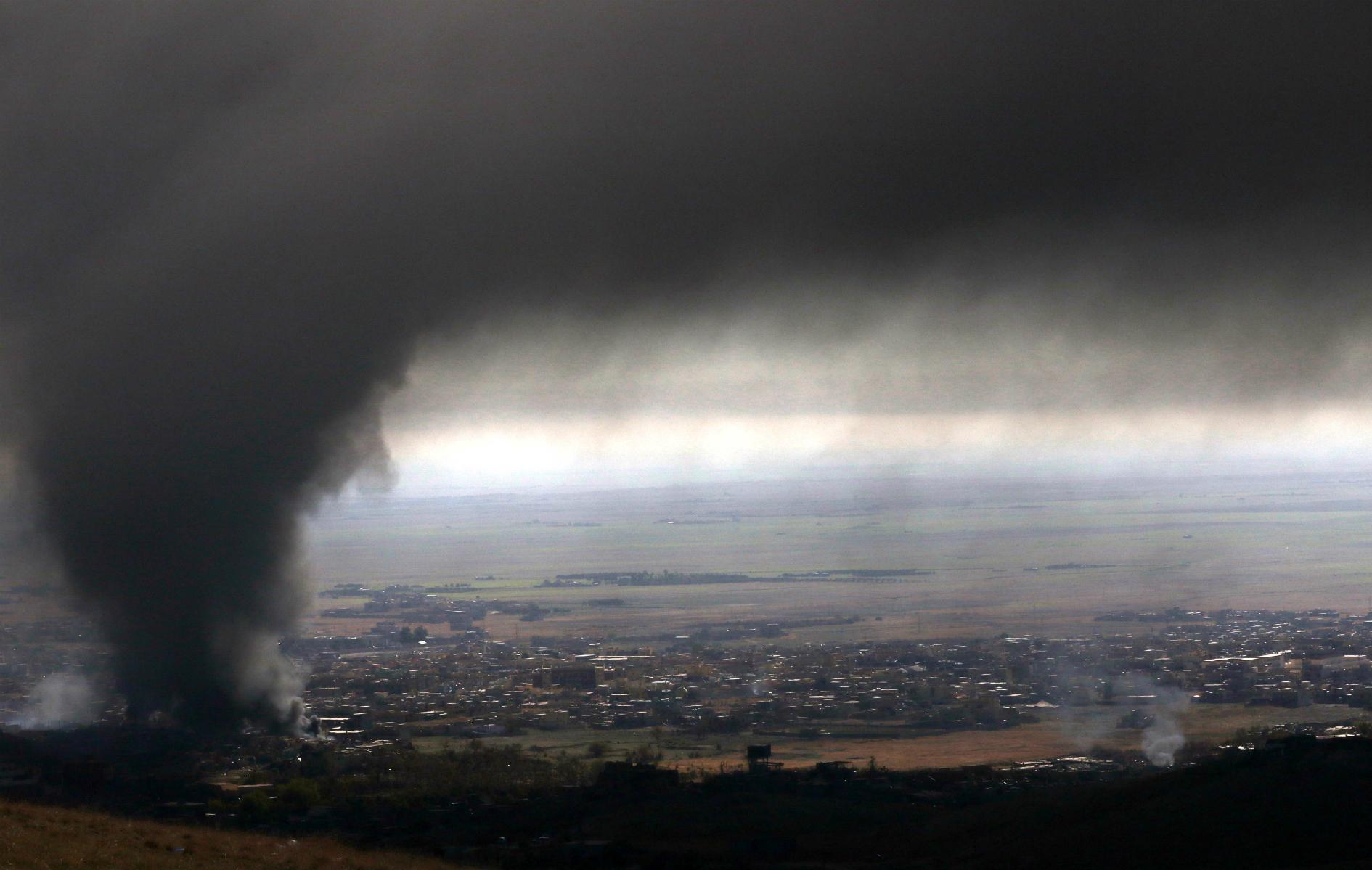 El humo denso cubre la norteña ciudad iraquí de Sinjar, durante una operación de las fuerzas kurdas iraquíes contra el Estado Islámico. AFP SAFIN HAMED