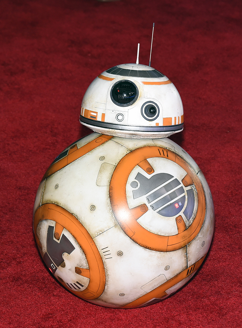 """HOLLYWOOD, CA - DECEMBER 14: BB-8 rolls down the red carpet at the premiere of Walt Disney Pictures and Lucasfilm's """"Star Wars: The Force Awakens"""" at the Dolby Theatre on December 14, 2015 in Hollywood, California. Ethan Miller/Getty Images/AFP"""