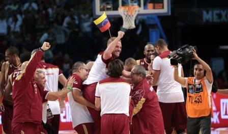 El Cuerpo tecnico de Venezuela celebran el triunfo ante Argentina en la final del Preolímpico de basquetbol